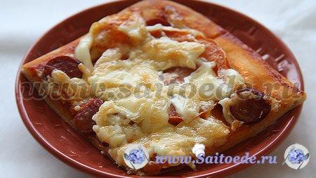 Пицца из слоеного теста с охотничьими колбасками