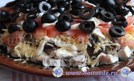 Салат с курицей, помидорами, грибами и маслинами