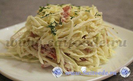 Салат со свежей капустой и копченой колбасой