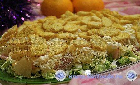 Салат с копченой курицей, пекинской капустой и ананасами