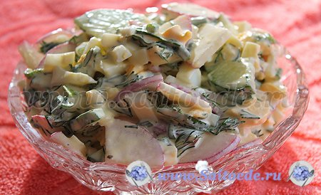 Салат из свежих огурцов, яиц и редиски