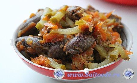 Салат с куриными сердечками и соленым огурцом