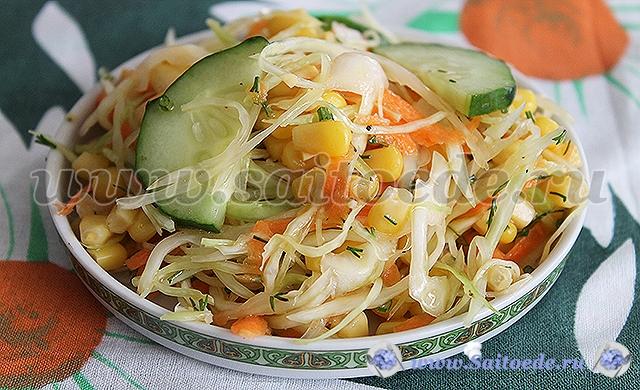 Салат с капустой, кукурузой и свежим огурцом